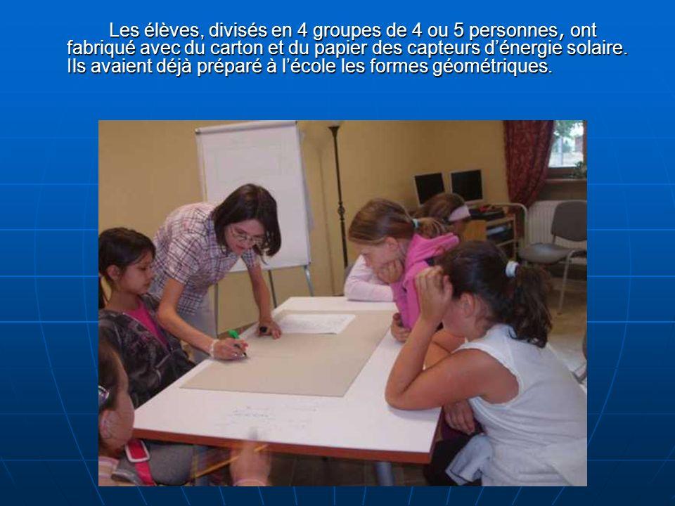 Les élèves, divisés en 4 groupes de 4 ou 5 personnes, ont fabriqué avec du carton et du papier des capteurs dénergie solaire.