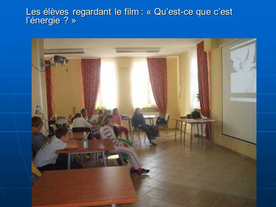 Les élèves regardant le film : « Quest-ce que cest lénergie ? »