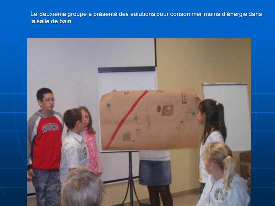 Le deuxième groupe a présenté des solutions pour consommer moins dénergie dans la salle de bain.
