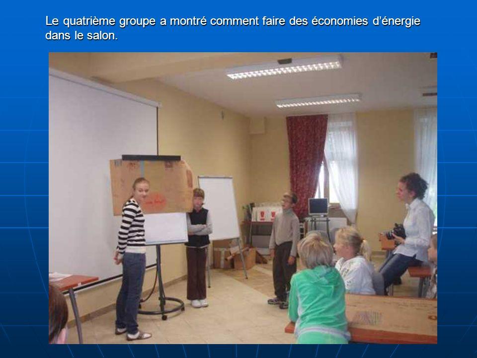 Le quatrième groupe a montré comment faire des économies dénergie dans le salon.