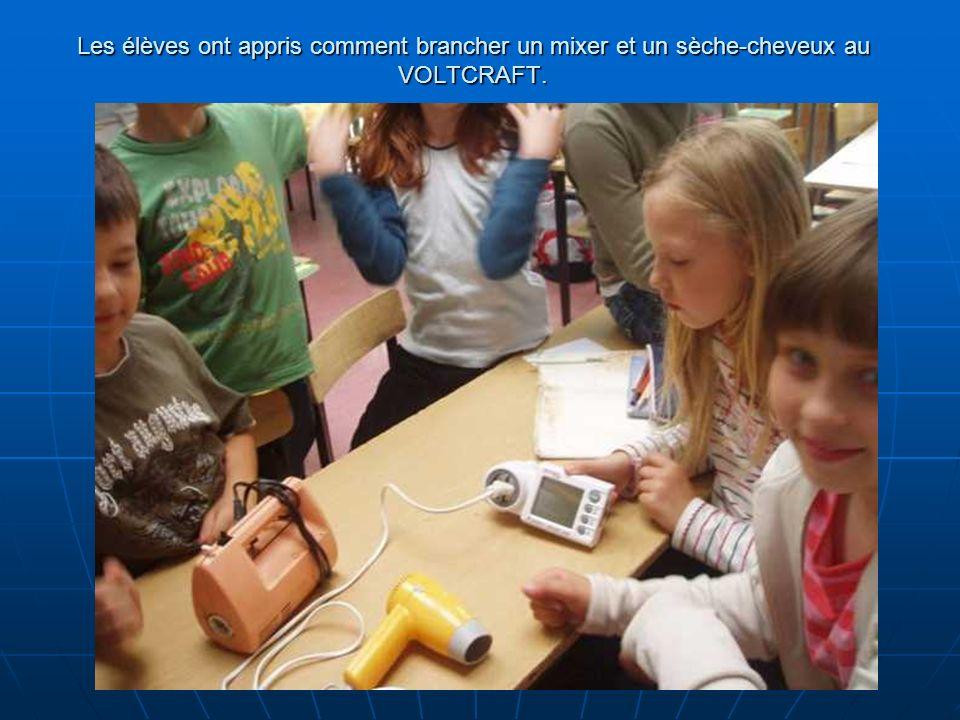 Les élèves ont appris comment brancher un mixer et un sèche-cheveux au VOLTCRAFT.