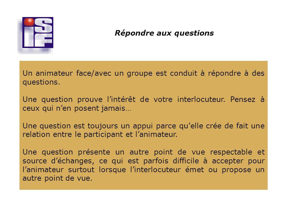 Répondre aux questions Un animateur face/avec un groupe est conduit à répondre à des questions.