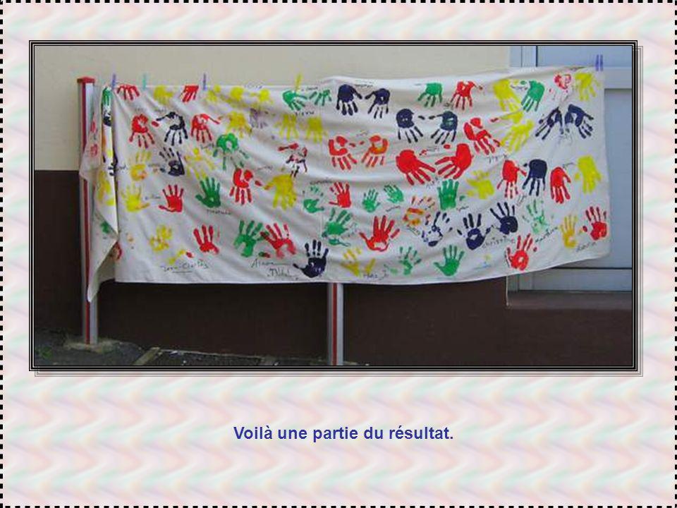 Tout le samedi et le dimanche, le Mouvement de La Paix avait lancé un défi : des mains, trempées dans la peinture et apposées sur des banderoles. Et d