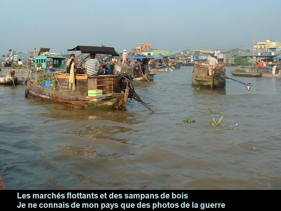Les marchés flottants et des sampans de bois Je ne connais de mon pays que des photos de la guerre