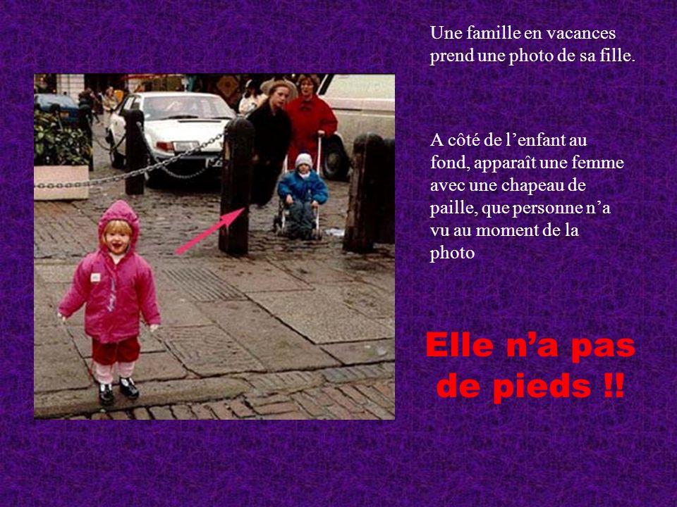 Une famille en vacances prend une photo de sa fille. A côté de lenfant au fond, apparaît une femme avec une chapeau de paille, que personne na vu au m