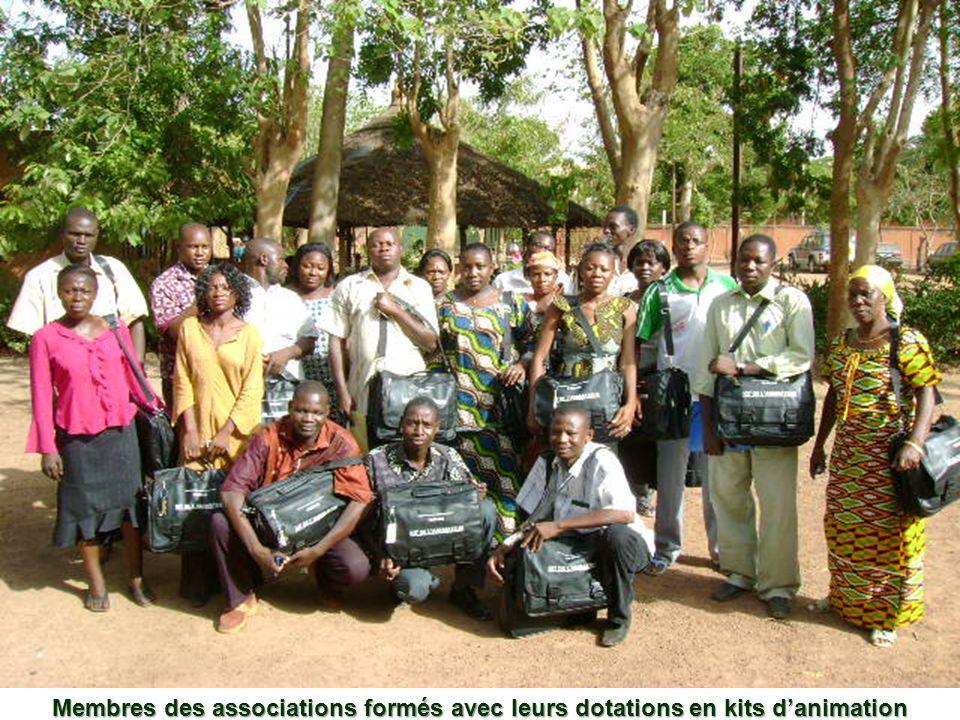 Membres des associations formés avec leurs dotations en kits danimation