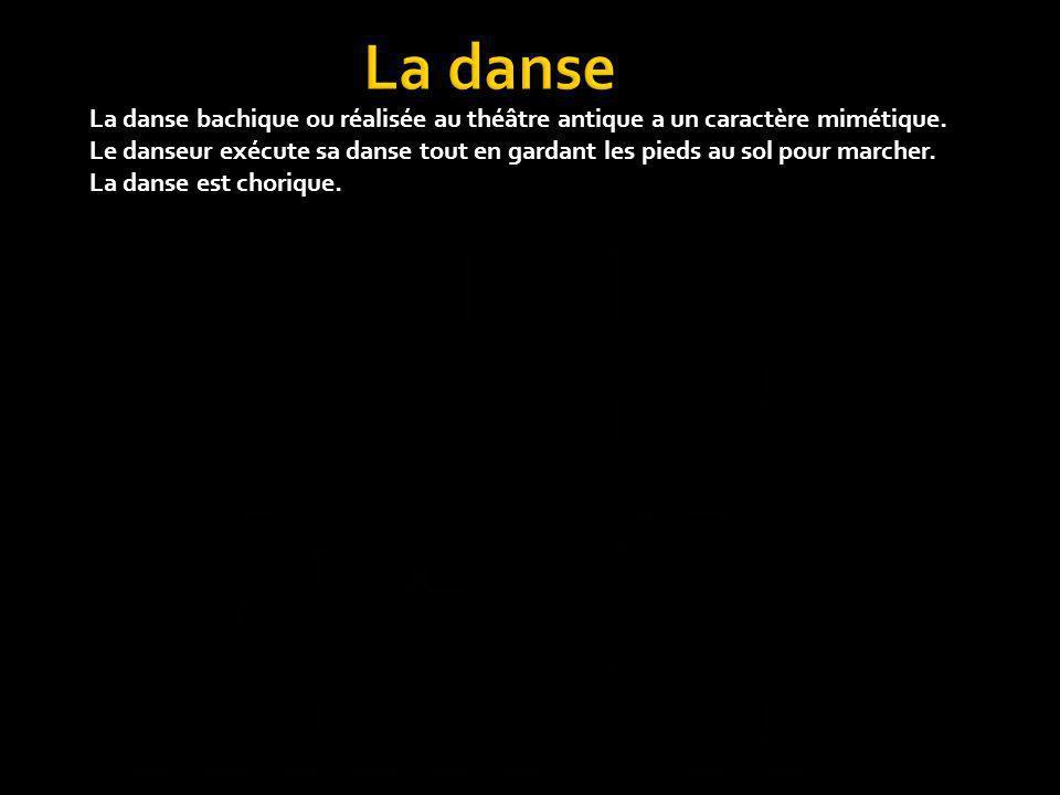 La danse bachique ou réalisée au théâtre antique a un caractère mimétique. Le danseur exécute sa danse tout en gardant les pieds au sol pour marcher.
