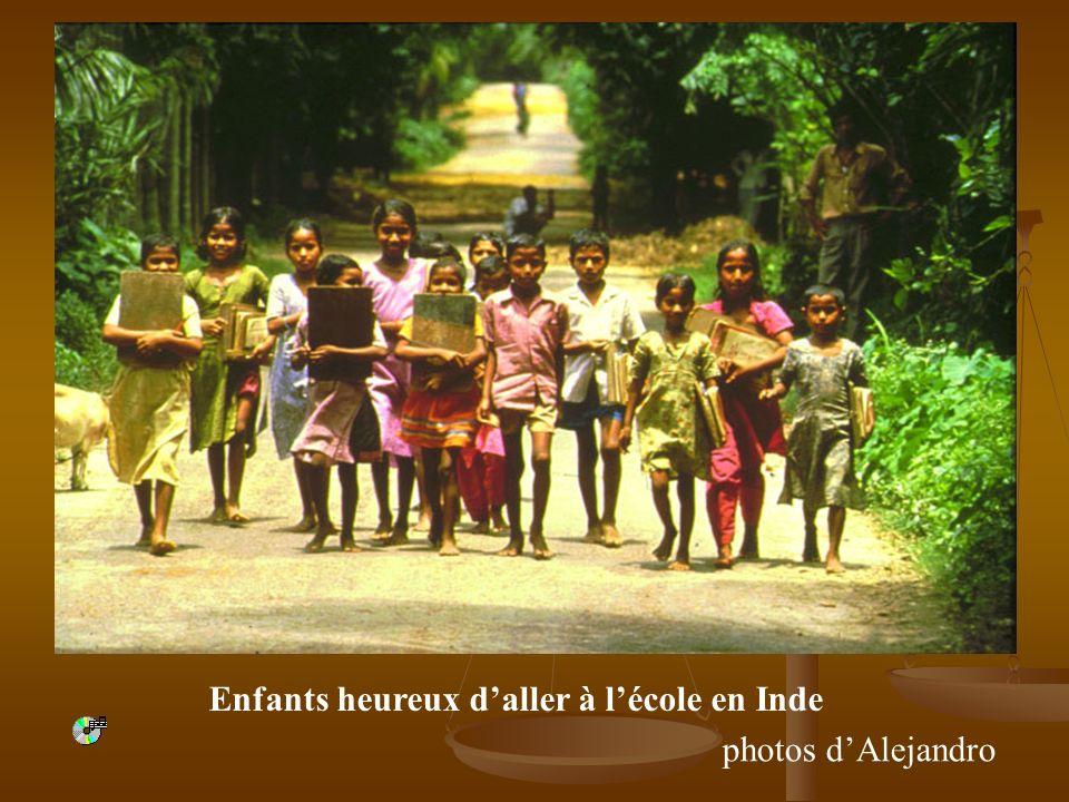 Enfants heureux daller à lécole en Inde photos dAlejandro