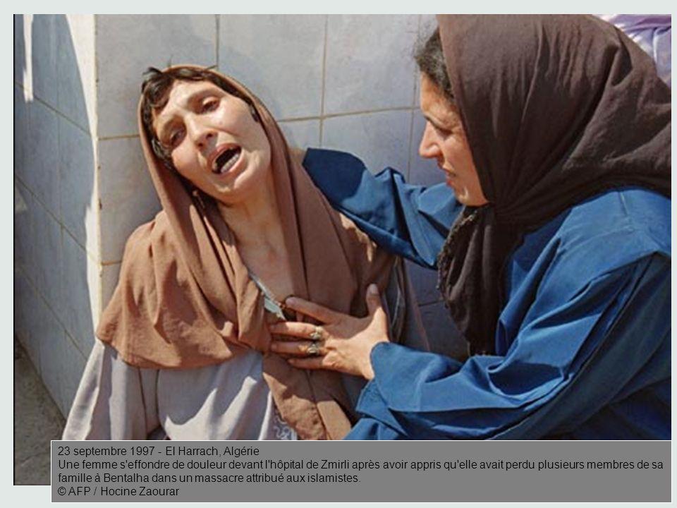 AFP / Hocine Zaourar 23 septembre 1997 - El Harrach, Algérie Une femme s effondre de douleur devant l hôpital de Zmirli après avoir appris qu elle avait perdu plusieurs membres de sa famille à Bentalha dans un massacre attribué aux islamistes.