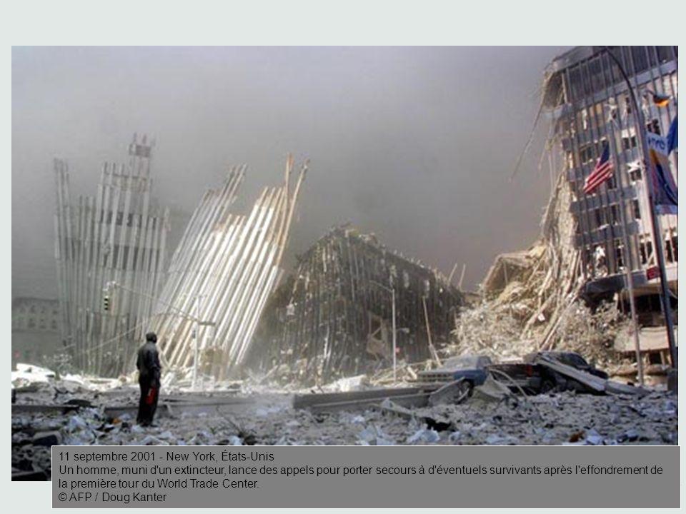 AFP / Doug Kanter 11 septembre 2001 - New York, États-Unis Un homme, muni d un extincteur, lance des appels pour porter secours à d éventuels survivants après l effondrement de la première tour du World Trade Center.