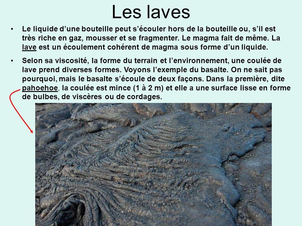 Les laves Le liquide dune bouteille peut sécouler hors de la bouteille ou, sil est très riche en gaz, mousser et se fragmenter. Le magma fait de même.