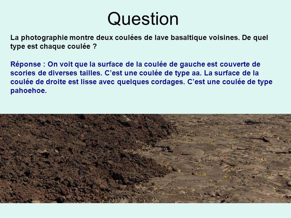 Question La photographie montre deux coulées de lave basaltique voisines. De quel type est chaque coulée ? Réponse : On voit que la surface de la coul