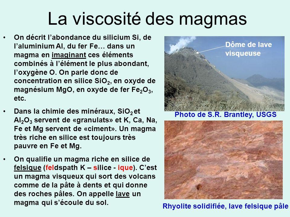 La viscosité des magmas On décrit labondance du silicium Si, de laluminium Al, du fer Fe… dans un magma en imaginant ces éléments combinés à lélément