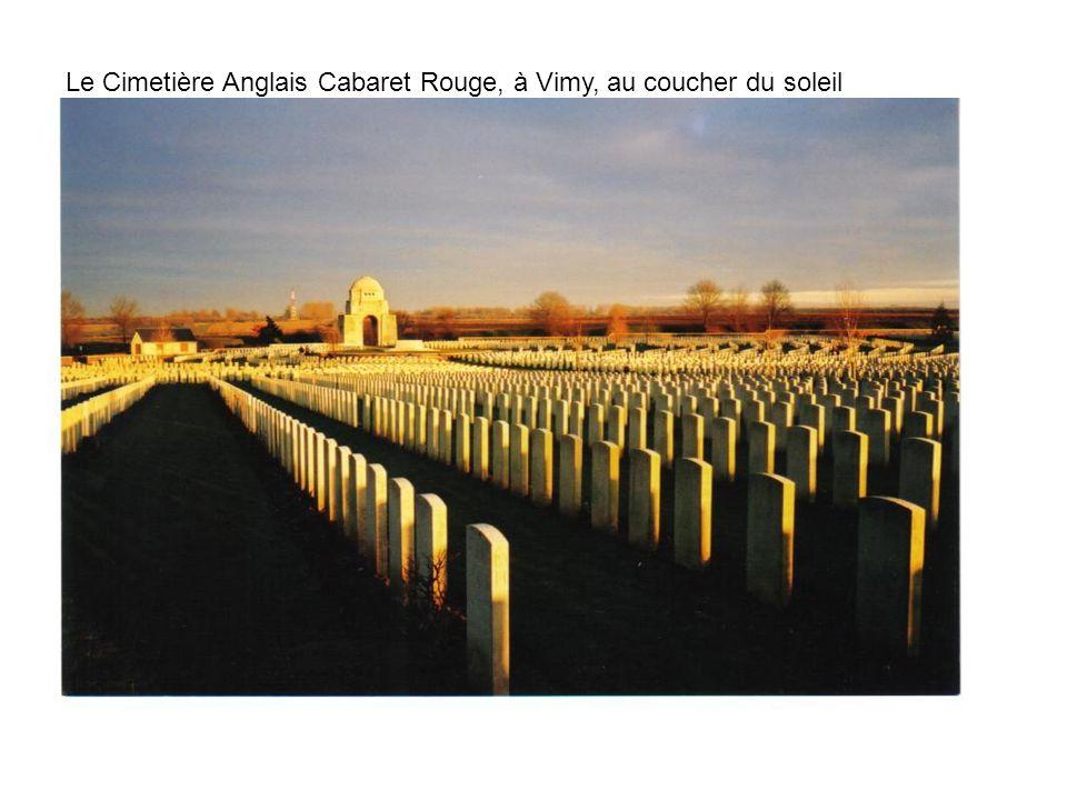Le Cimetière Anglais Cabaret Rouge, à Vimy, au coucher du soleil