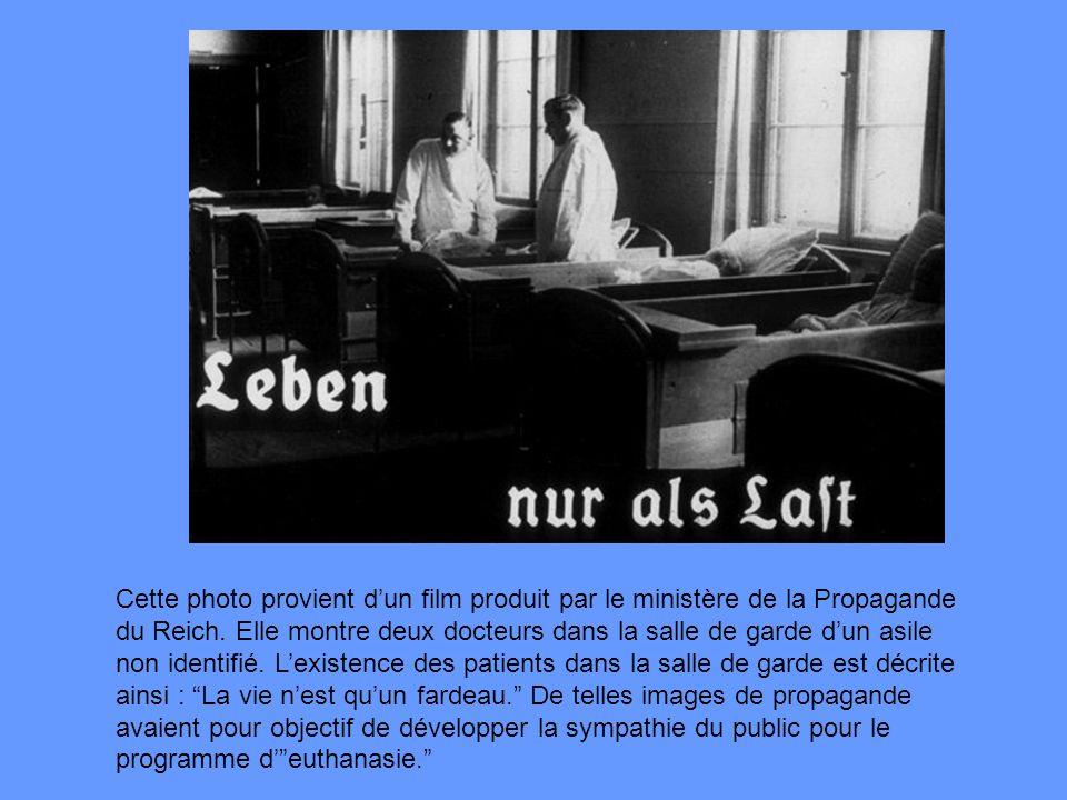 Cette photo provient dun film produit par le ministère de la Propagande du Reich. Elle montre deux docteurs dans la salle de garde dun asile non ident