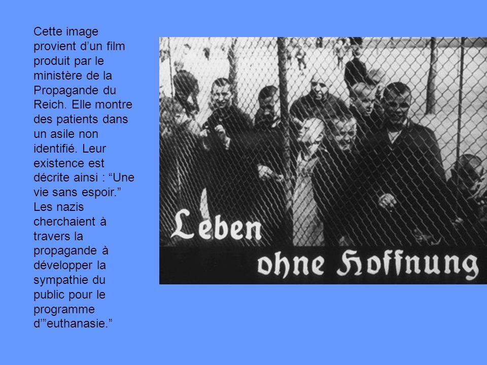 Cette image provient dun film produit par le ministère de la Propagande du Reich. Elle montre des patients dans un asile non identifié. Leur existence
