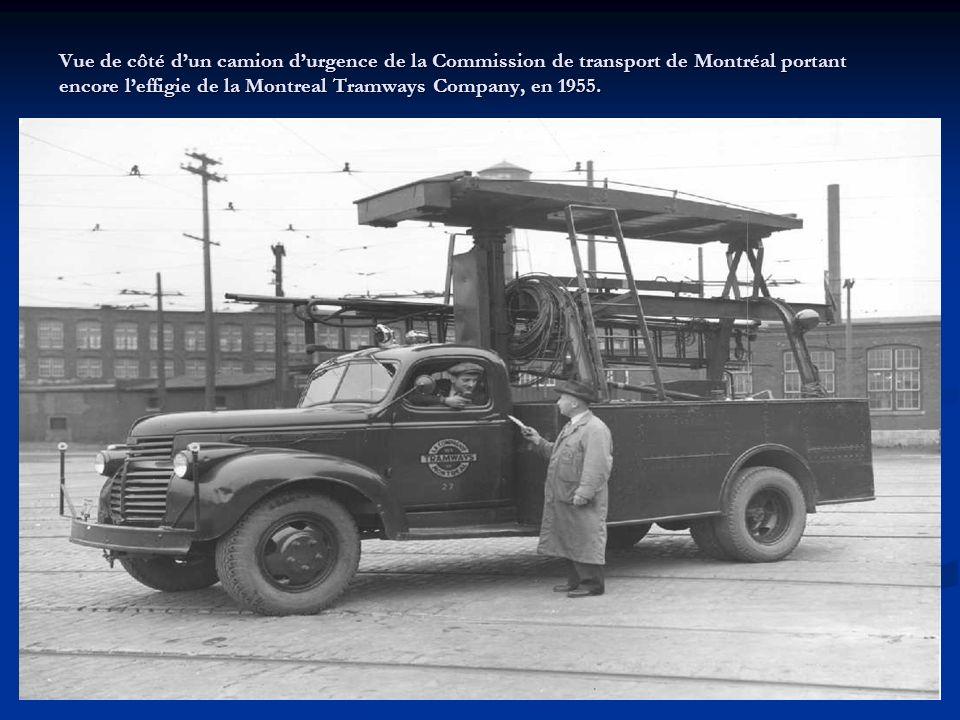 Vue du côté droit du camion déglaceur de voies # 96 de la Commission de transport de Montréal portant toujours leffigie de la Montreal Tramways Compan