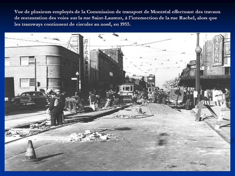 Vue ¾ avant droit dune remorque de la Commission de transport de Montréal portant encore leffigie de la Montreal Tramways Company, le 14 février 1955