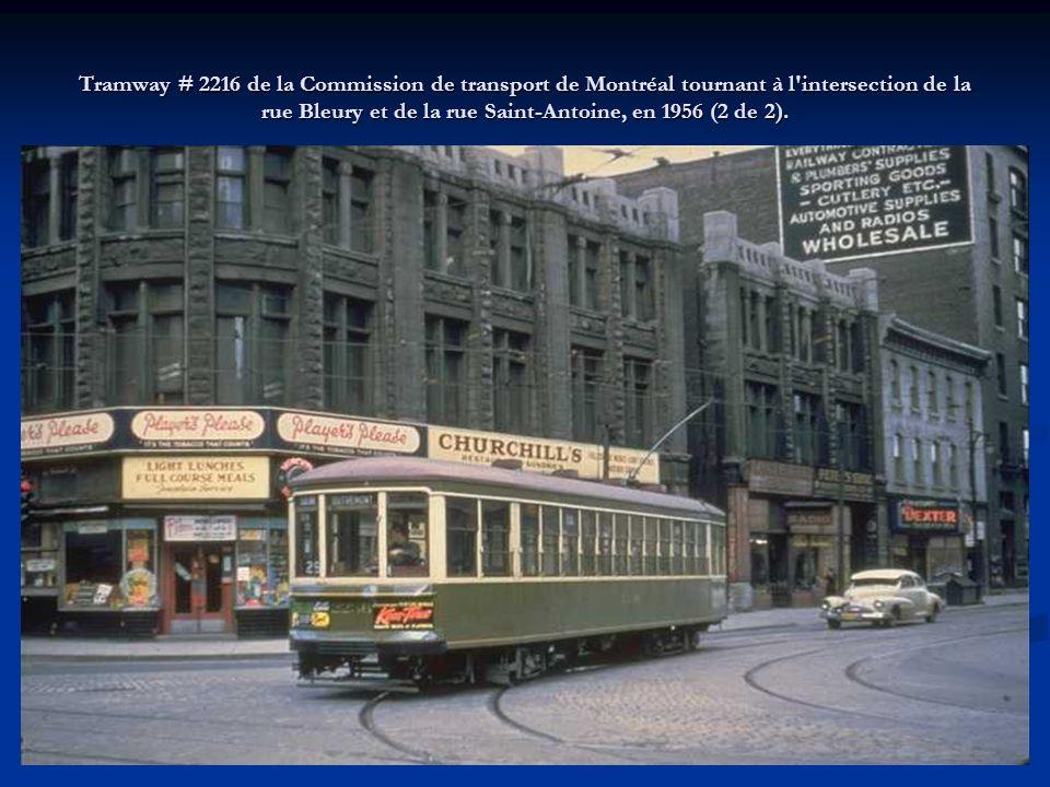 Tramway # 2216 de la Commission de transport de Montréal tournant à l'intersection de la rue Bleury et de la rue Saint-Antoine, en 1956 (1 de 2).
