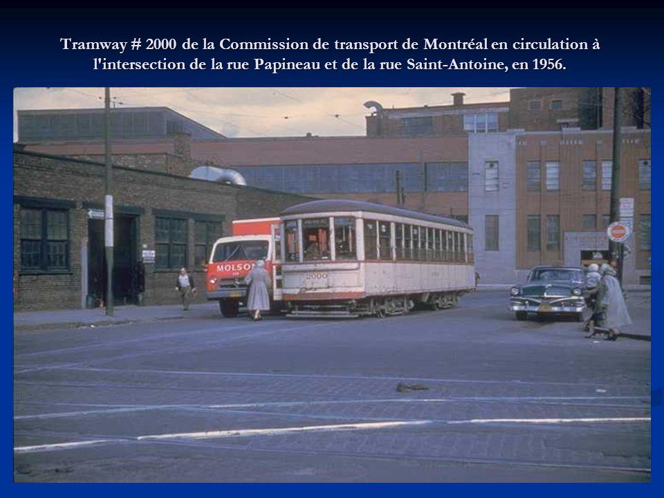 Tramway # 2216 de la Commission de transport de Montréal tournant à l'intersection de la rue Bleury et de la rue Saint-Antoine, en 1956 (2 de 2).