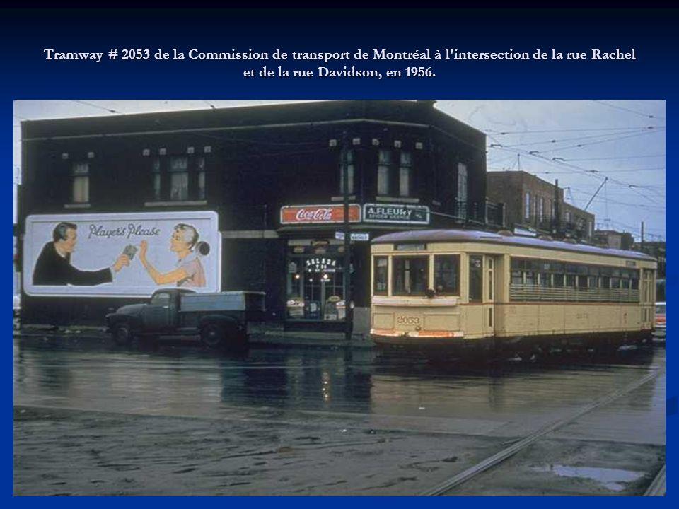 Tramway de la classe 1550 de la Commission de transport de Montréal, ligne 91 Lachine, sur la rue Notre-Dame à l'intersection de la rue Peel, en 1956.