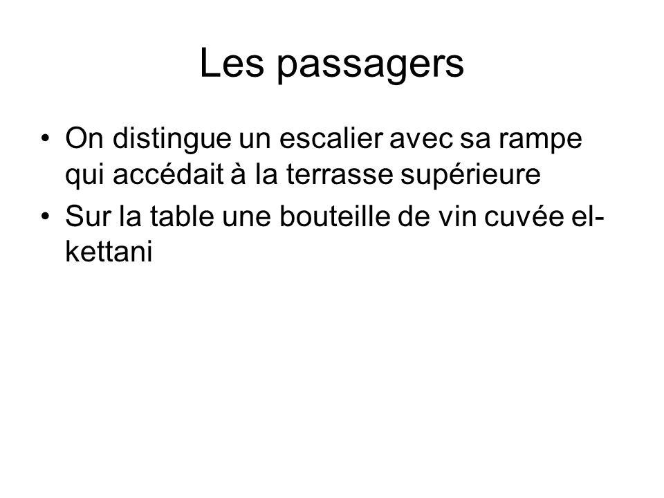 Les passagers On distingue un escalier avec sa rampe qui accédait à la terrasse supérieure Sur la table une bouteille de vin cuvée el- kettani
