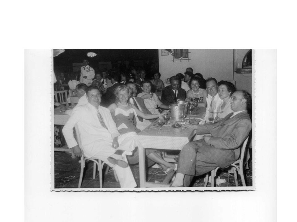Fête de la Cavalerie 22 juillet 1950 mes parents et leurs amis La photo a été prise sur la piste de danse, Dans le fond le bar