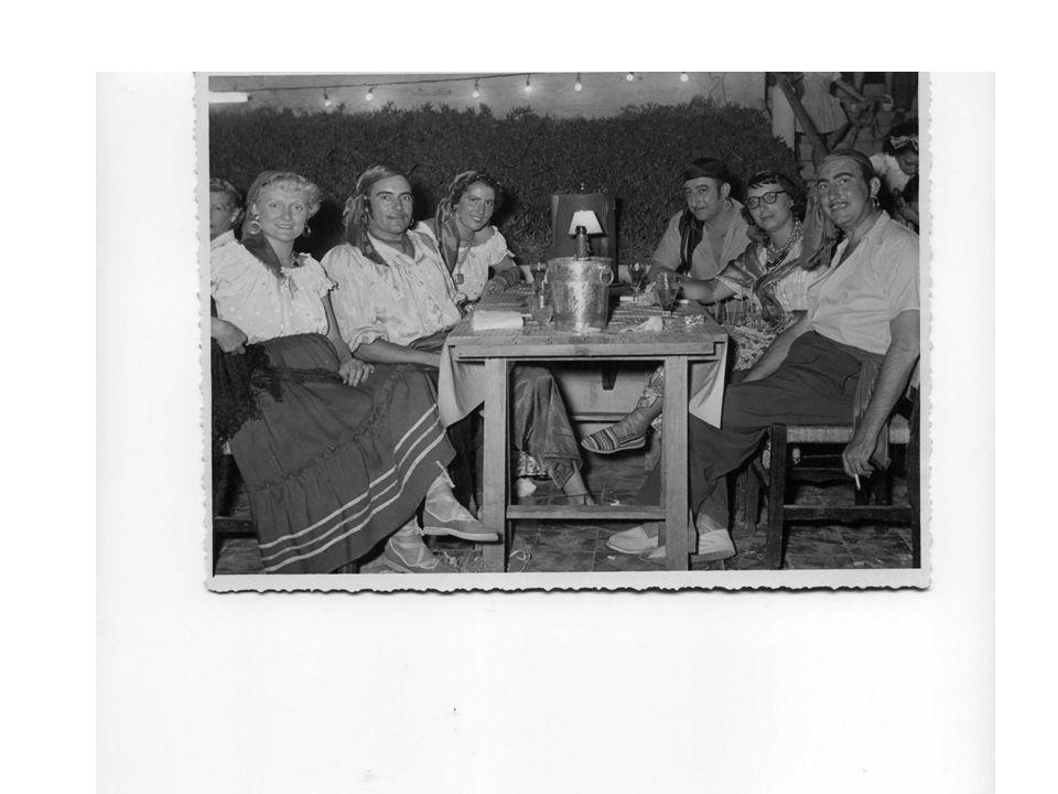 Fête travestie à El-Kettani Photo prise sur la piste de danse Dans le fond les plantes grasses caractéristiques Parterre le carrelage lui aussi caractéristique Été 1950 thèmes les Bohémiens Mes parents