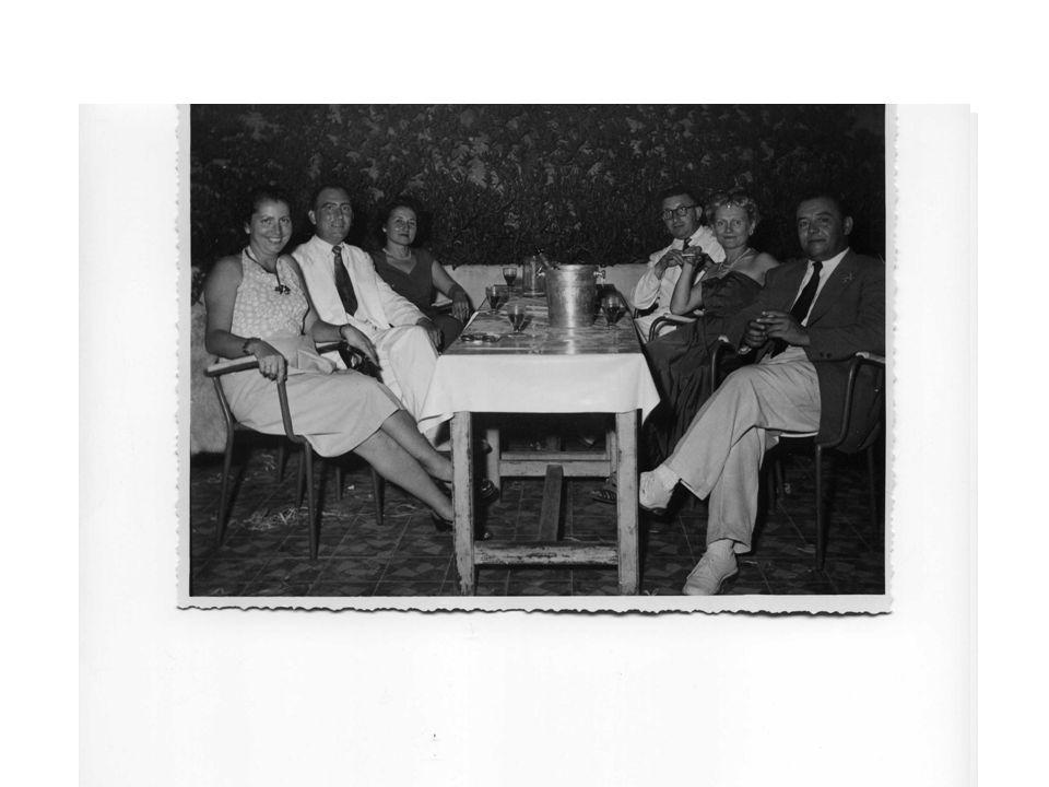 14 juillet 1952 Bal sur la terrasse dEl-Kettani Mes parents et des amis Ici aussi on distingue le carrelage, les parterres de plantes grasses, les fauteuils