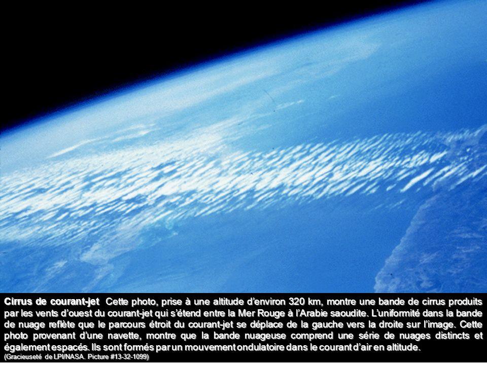 Cirrus de courant-jet Cette photo, prise à une altitude denviron 320 km, montre une bande de cirrus produits par les vents douest du courant-jet qui s