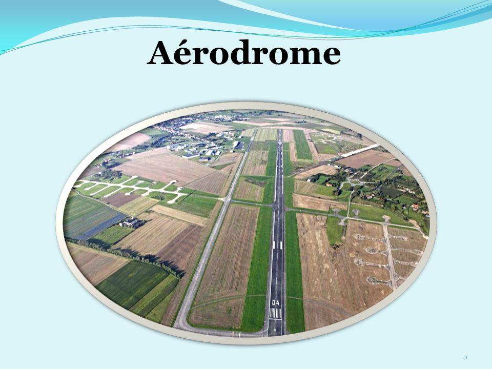 Laérodrome 32 Une forme d haltères blanches avec deux bandes noires signifie: Le décollage et l atterrissage se font sur la piste, mais le roulage peut se faire ailleurs que sur les taxiways.