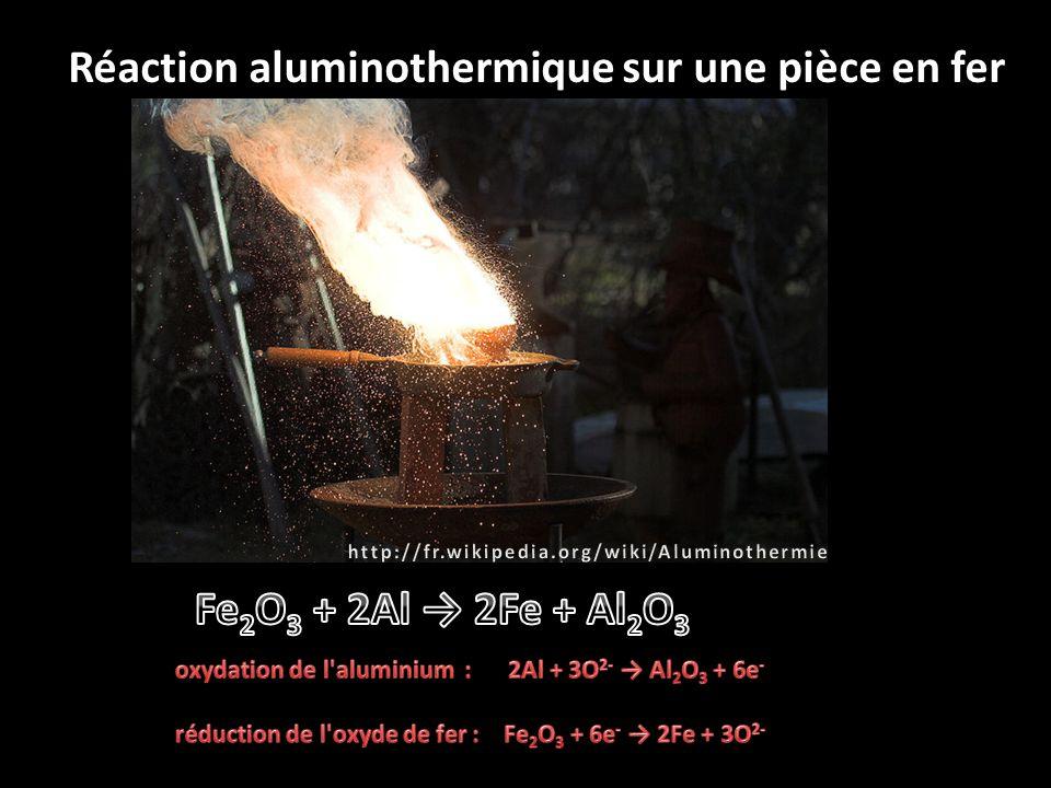 Oxycoupage d une brame d acier Une flamme de chauffe (oxy-gaz) pour l amorçage et l entretien de la coupe, où plusieurs types de gaz, tel que l acétylène, peuvent être utilisés.