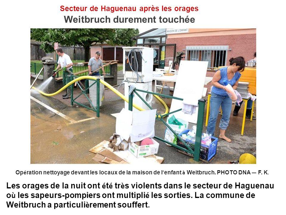 Secteur de Haguenau après les orages Weitbruch durement touchée Op é ration nettoyage devant les locaux de la maison de l enfant à Weitbruch. PHOTO DN