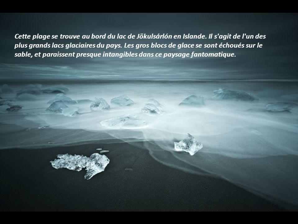 Dans la région des fjords de l'ouest, aussi appelée Vestfirðir, Raymó joue avec les reflets des montagnes sur l'eau calme et limpide, ainsi qu'avec la