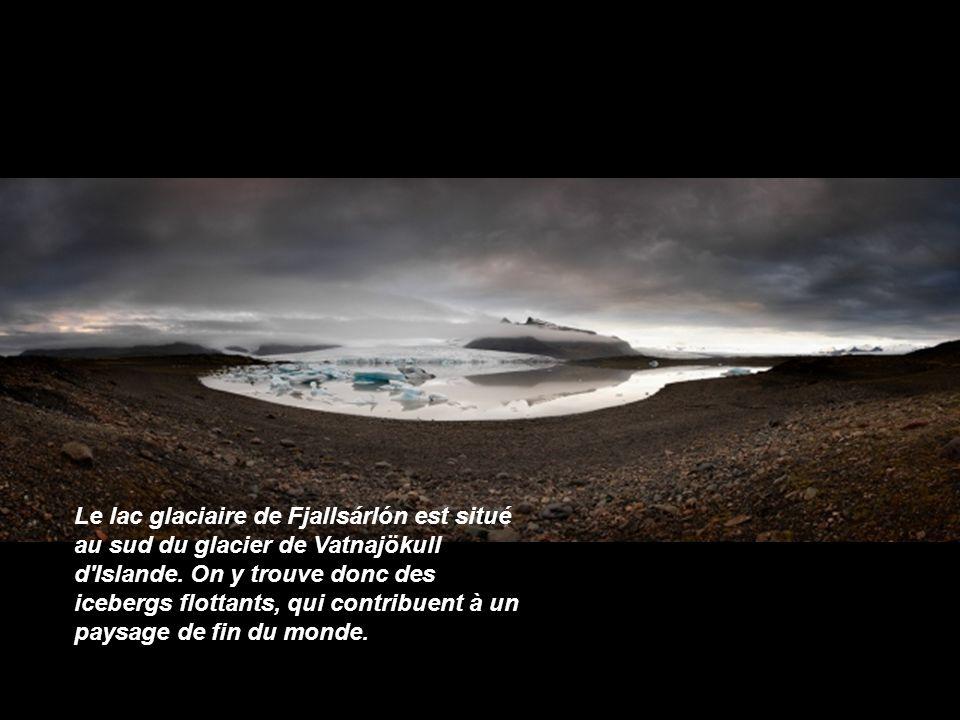 La cascade de Seljalandsfoss est un lieu incontournable pour tout photographe paysager. Toutefois, Raymó lui donne une nouvelle dimension, presque inq