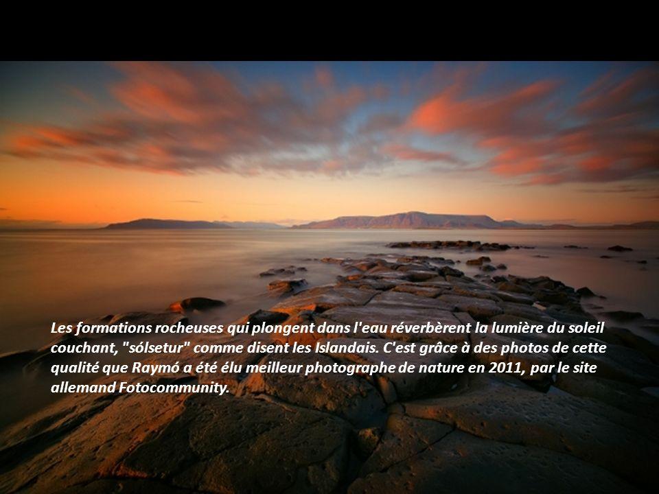 L'Islande est réputée pour ses plages de sable noir, d'origine volcanique. Photographiées sous la brume, celles-ci conservent toute leur beauté, mais