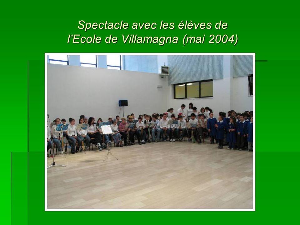 Spectacle avec les élèves de lEcole de Villamagna (mai 2004)