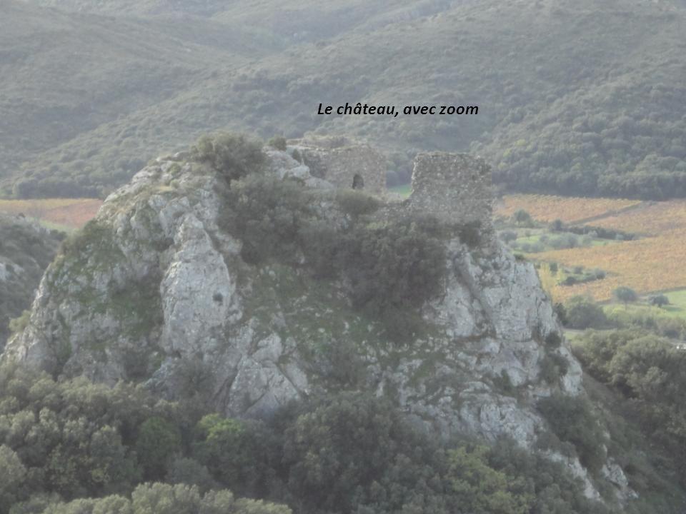 A gauche, les ruines dun Château, vestiges du « Castellas », au loin la Vierge de lAssomption