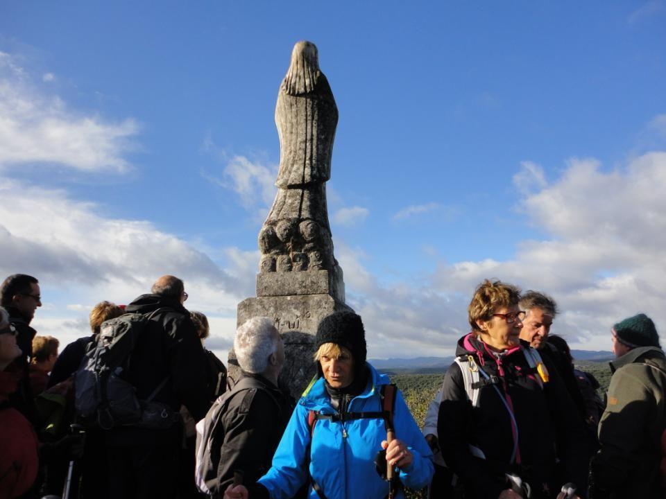 La Vierge de lAssomption, appelée aussi Vierge du Pioch, sous un ciel bleu, elle protège le village situé en bas de la colline.