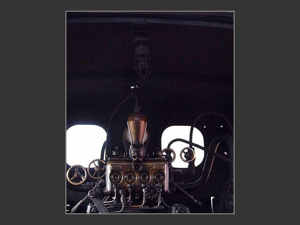 Lintérieur de la cabine du chauffeur et du mécanicien Lintérieur de la cabine du chauffeur et du mécanicien