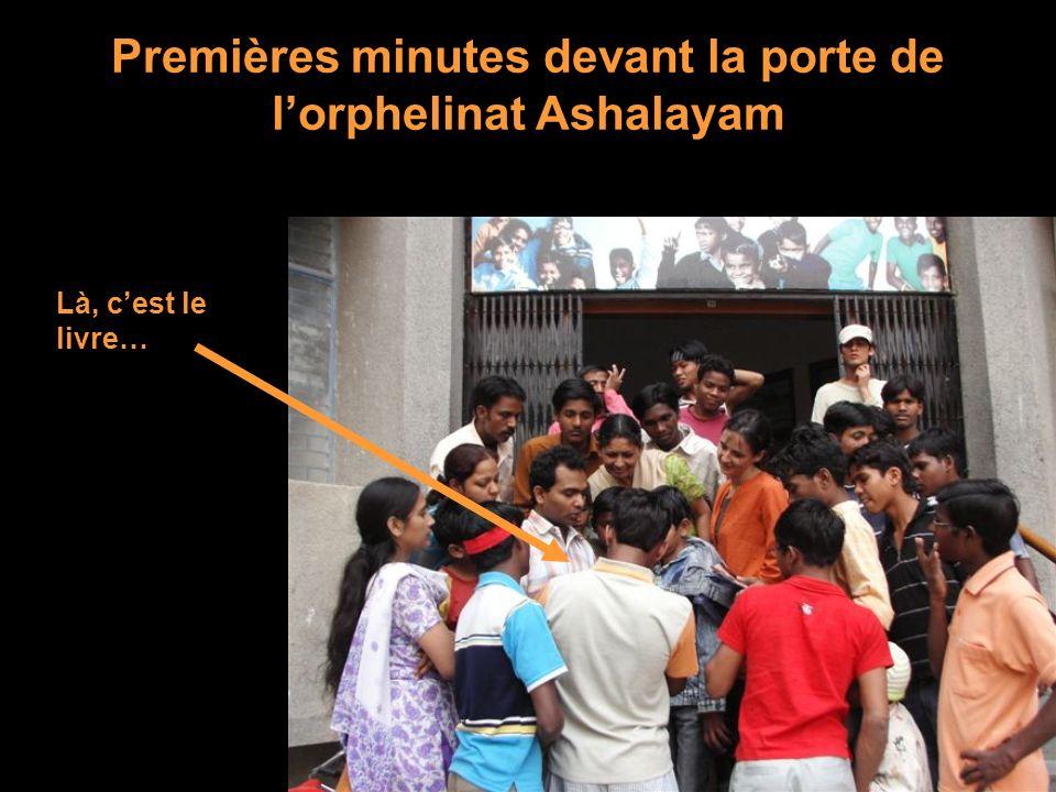 Premières minutes devant la porte de lorphelinat Ashalayam Là, cest le livre…
