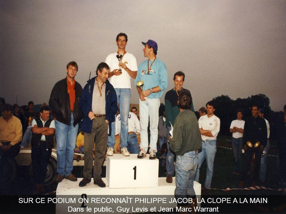 SUR CE PODIUM ON RECONNAÎT PHILIPPE JACOB, LA CLOPE A LA MAIN Dans le public, Guy Levis et Jean Marc Warrant