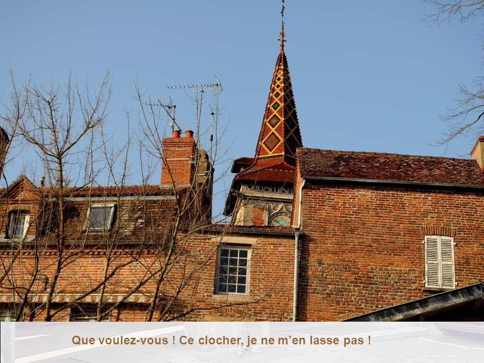Je suis séduite demblée par cette ville aux couleurs chaudes, par ce clocher aux tuiles vernissées polychromes.