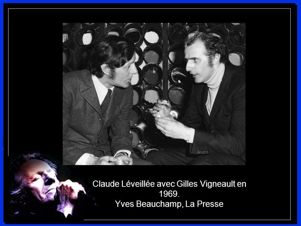 De retour au Québec, Claude Léveillée devient directeur artistique de la boîte à chansons Le Chat Noir. Il y fait la rencontre de Gilles Vigneault, av