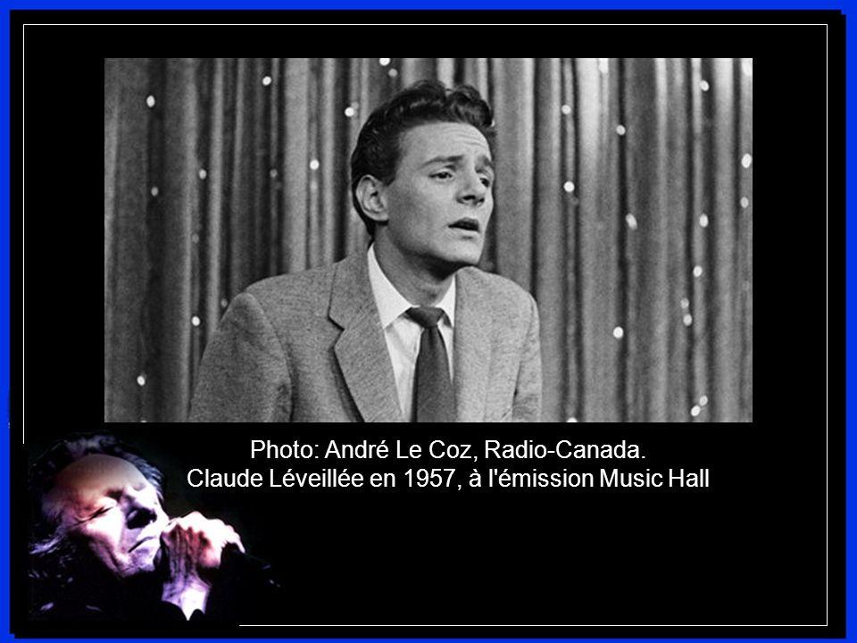 En 1954, il chante pour la première fois devant 1500 personnes. C'est un triomphe. Un an plus tard, sa carrière musicale démarre vraiment, lorsqu'il i