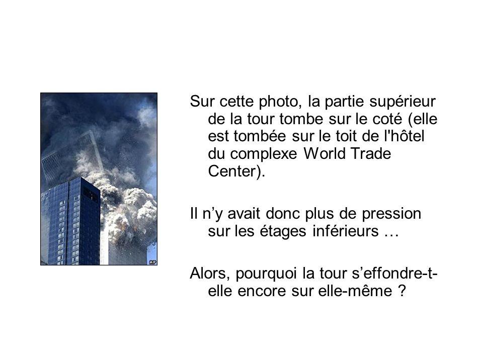 Sur cette photo, la partie supérieur de la tour tombe sur le coté (elle est tombée sur le toit de l'hôtel du complexe World Trade Center). Il ny avait