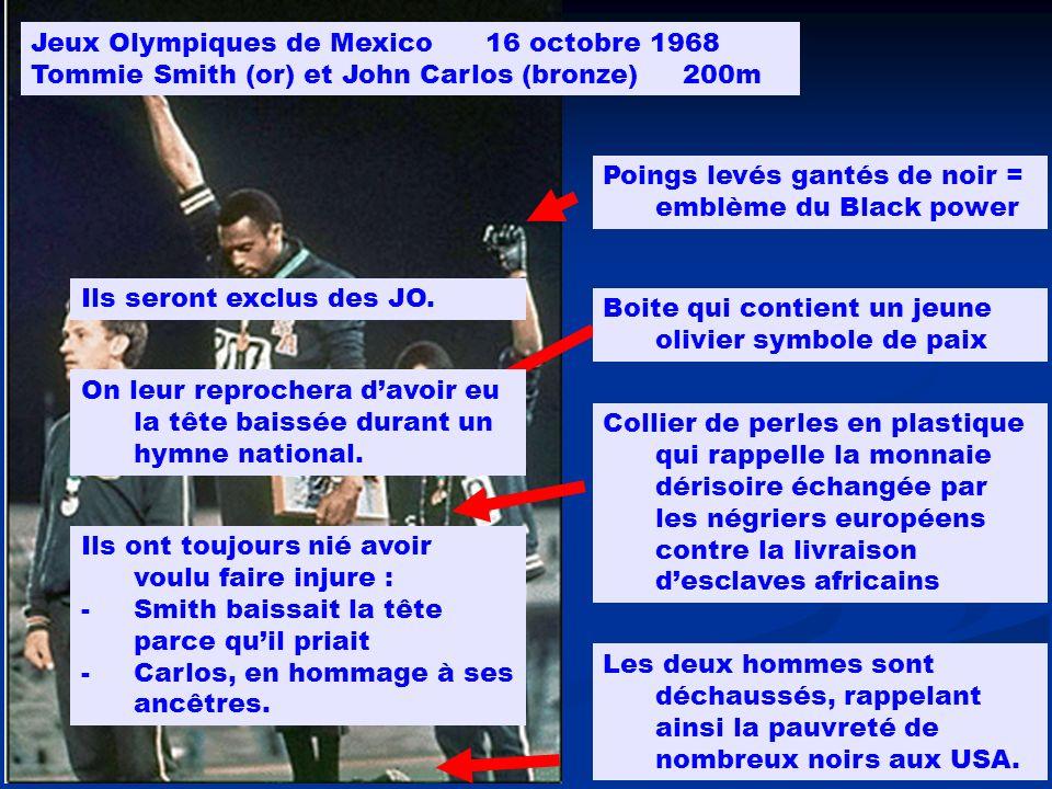 Poings levés gantés de noir = emblème du Black power Jeux Olympiques de Mexico 16 octobre 1968 Tommie Smith (or) et John Carlos (bronze) 200m Boite qu