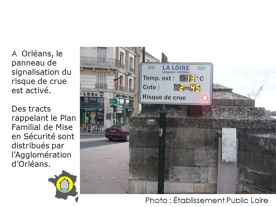 A Orléans, le panneau de signalisation du risque de crue est activé. Des tracts rappelant le Plan Familial de Mise en Sécurité sont distribués par lAg