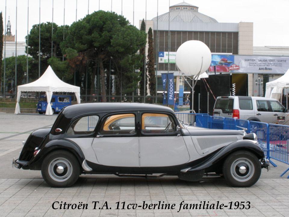Poste de conduite dune traction avant Citroën des années 1953.