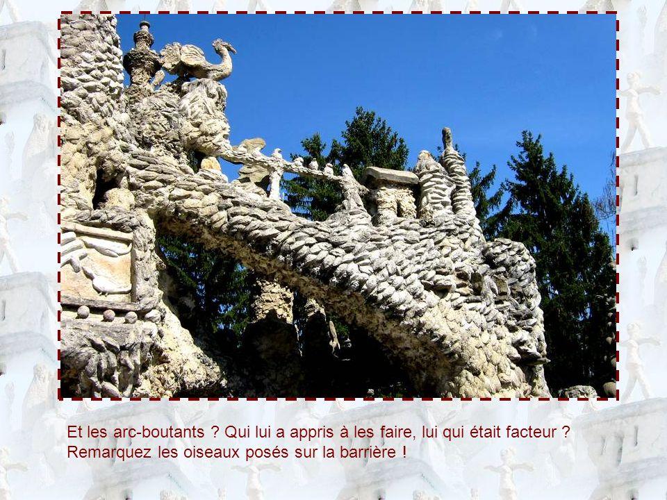 Pour orner ce plafonnier, comme dans beaucoup dautres endroits du Palais Idéal, beaucoup de coquillages : Ferdinand Cheval avait un parent au bord de la mer, qui lui en procurait de pleins sacs.